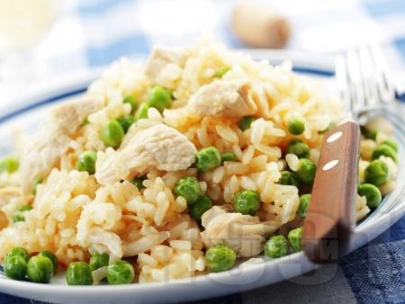 Вкусно ризото с бял ориз, месо от пилешки гърди / филе, грах, бяло вино и сирене пармезан - снимка на рецептата